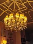 Très beau lustre sous l'atriu du salon de thé