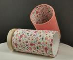 Lampe à poser avec petit socle en bois pour la stabilité et abat-jour en tissu coton imprimé/uni dans les tons pêche